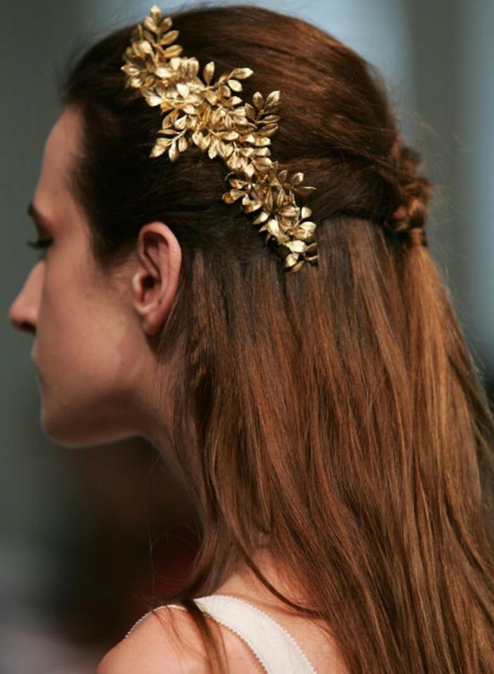 peinados pelo liso suelto con bonito broche color dorado con elementos florales, peinados para cabello largo