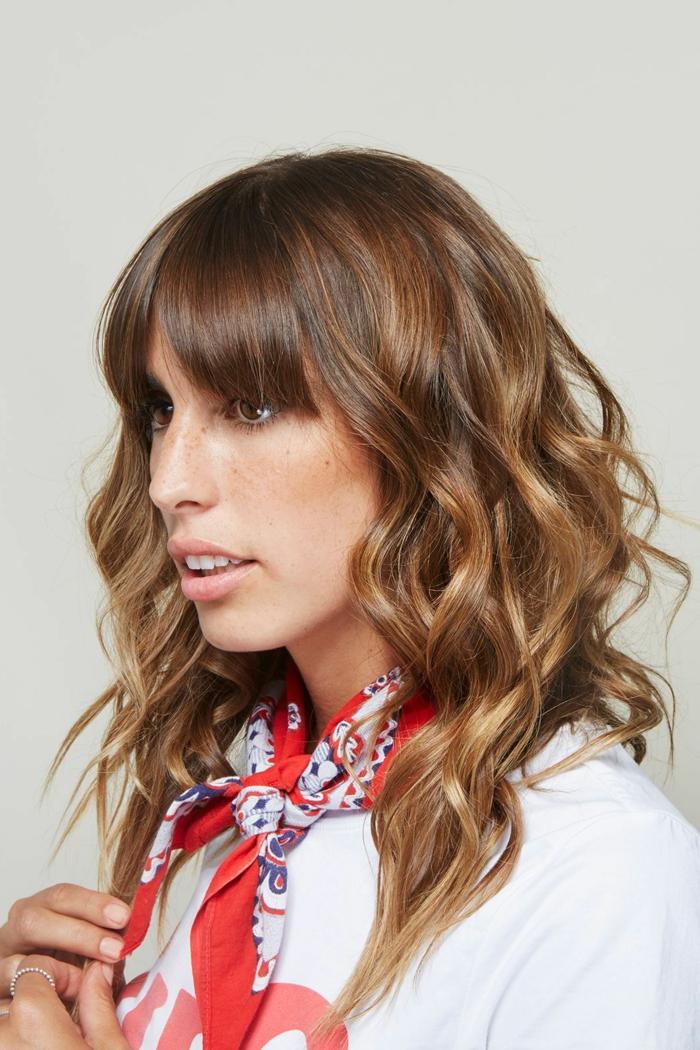peinados para mujeres para cabello suelto, corte de pelo largo con flequillo alisado y cabello ondulado con volumen