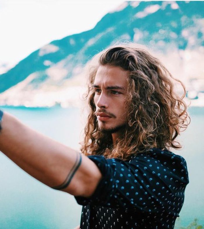 melenas largas rizadas, cortes de pelo rizado hombre, propuestas de cortes de pelo largo hombre