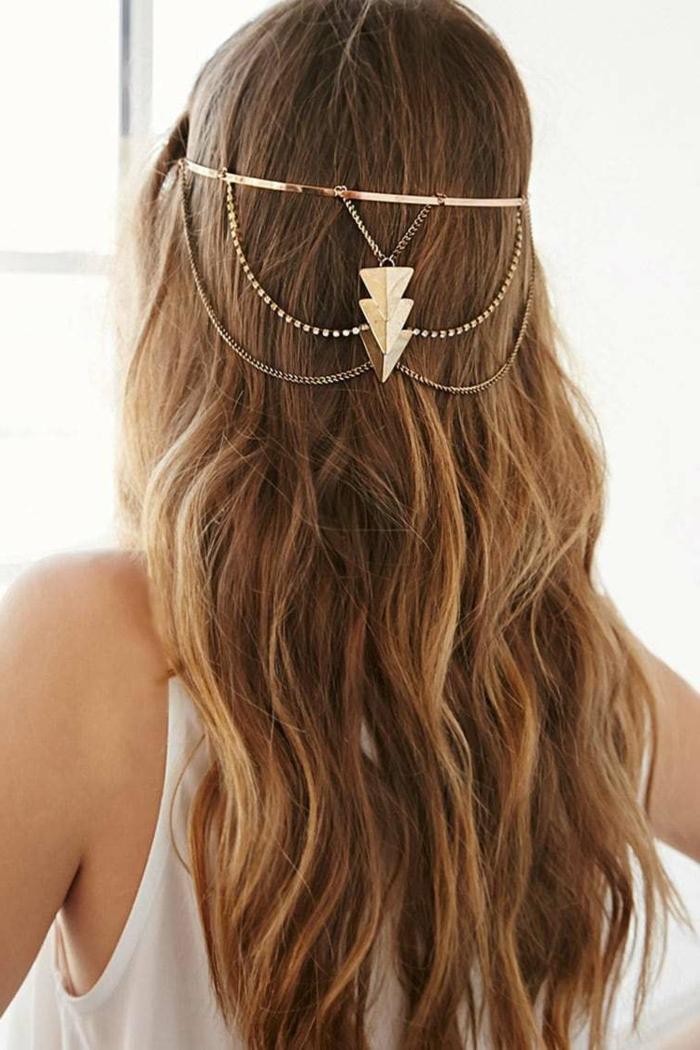 peinados invitada boda con preciosos acesorios de cabello, pelo largo rubio oscuro con mechas y diadema en dorado