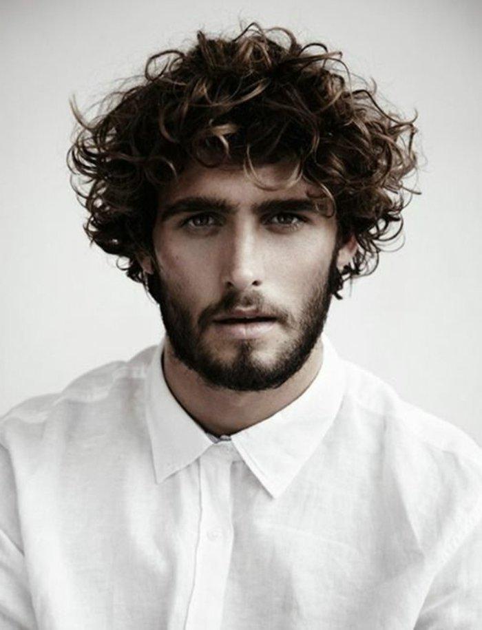 peinados hombre modernos, pelados con rizos para hombres, cabelleras castañas con mechas