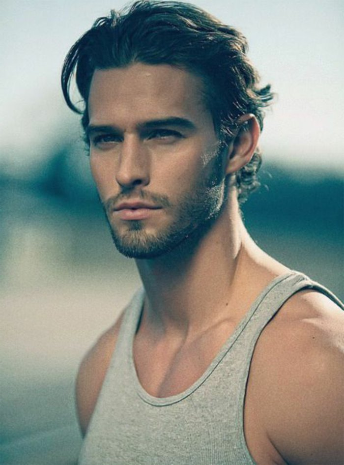 cortes de pelo hombre modernos, degradado hombre con largo flequillo, cortes de cabello rizado
