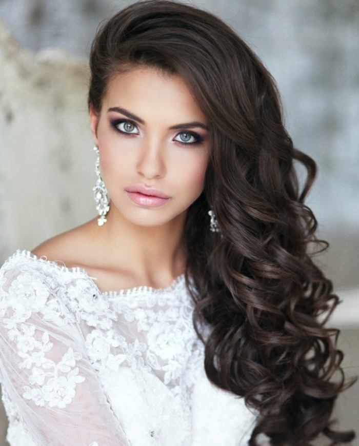 peinados para ir a una boda elegantes y originales, cabellera color casta;o oscuro rizada peinada a un lado