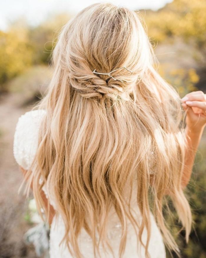 peinados para ir a una boda super fáciles y rápidos, cabello largo color rubio, precioso semirecogido trenzado