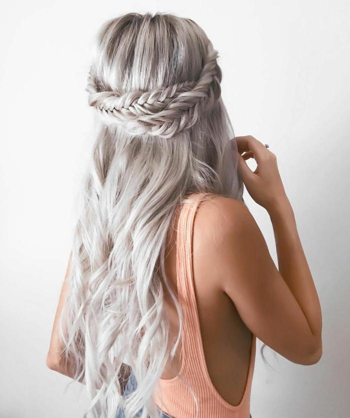 ideas de peinados para ir a una boda y peinados para novias, cabello muy largo color rubio claro con trenzado