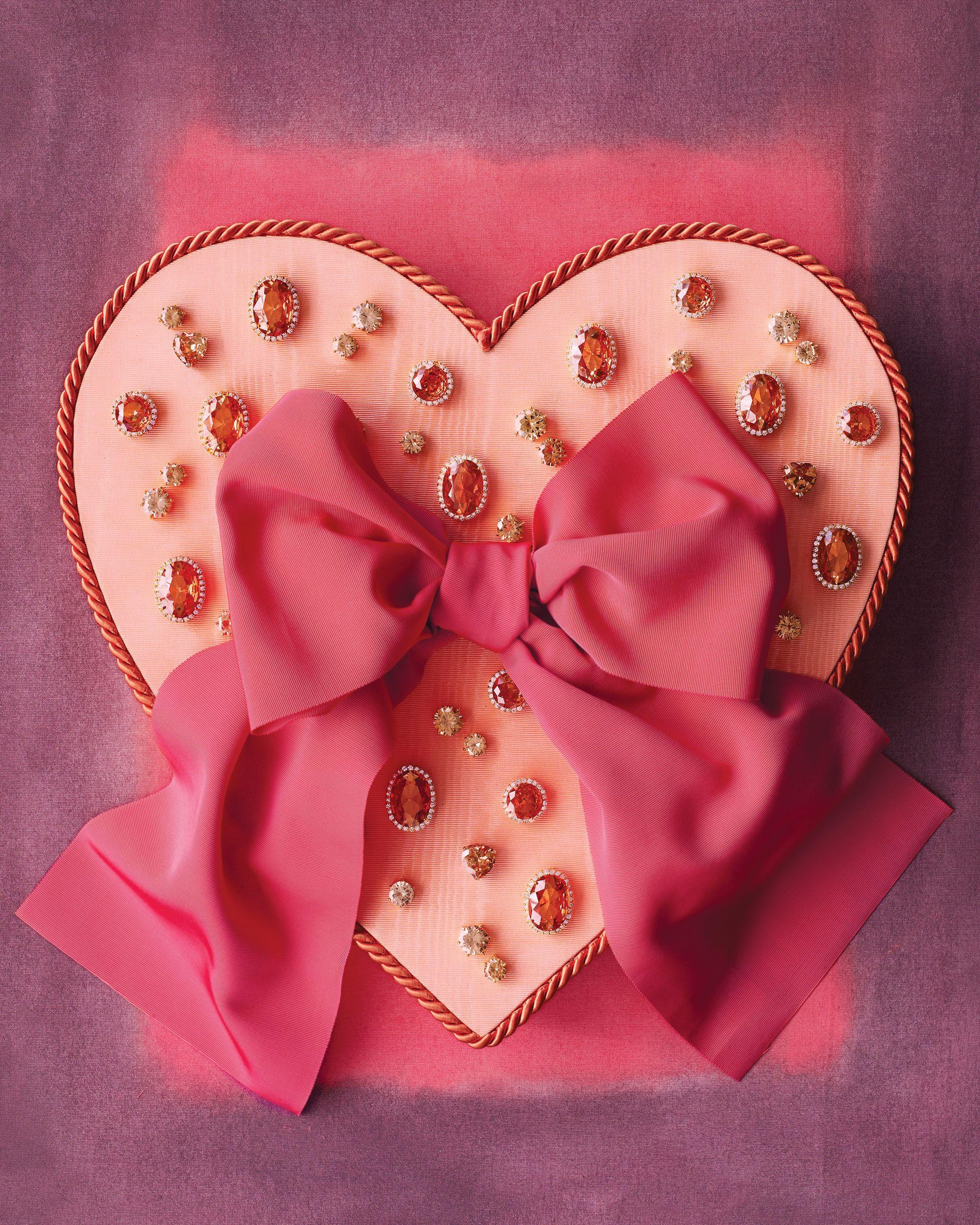 caja de joyas hecha a mano en forma de corazón, caja color rosado con moño grande, regalos san valentin manualidades ideas