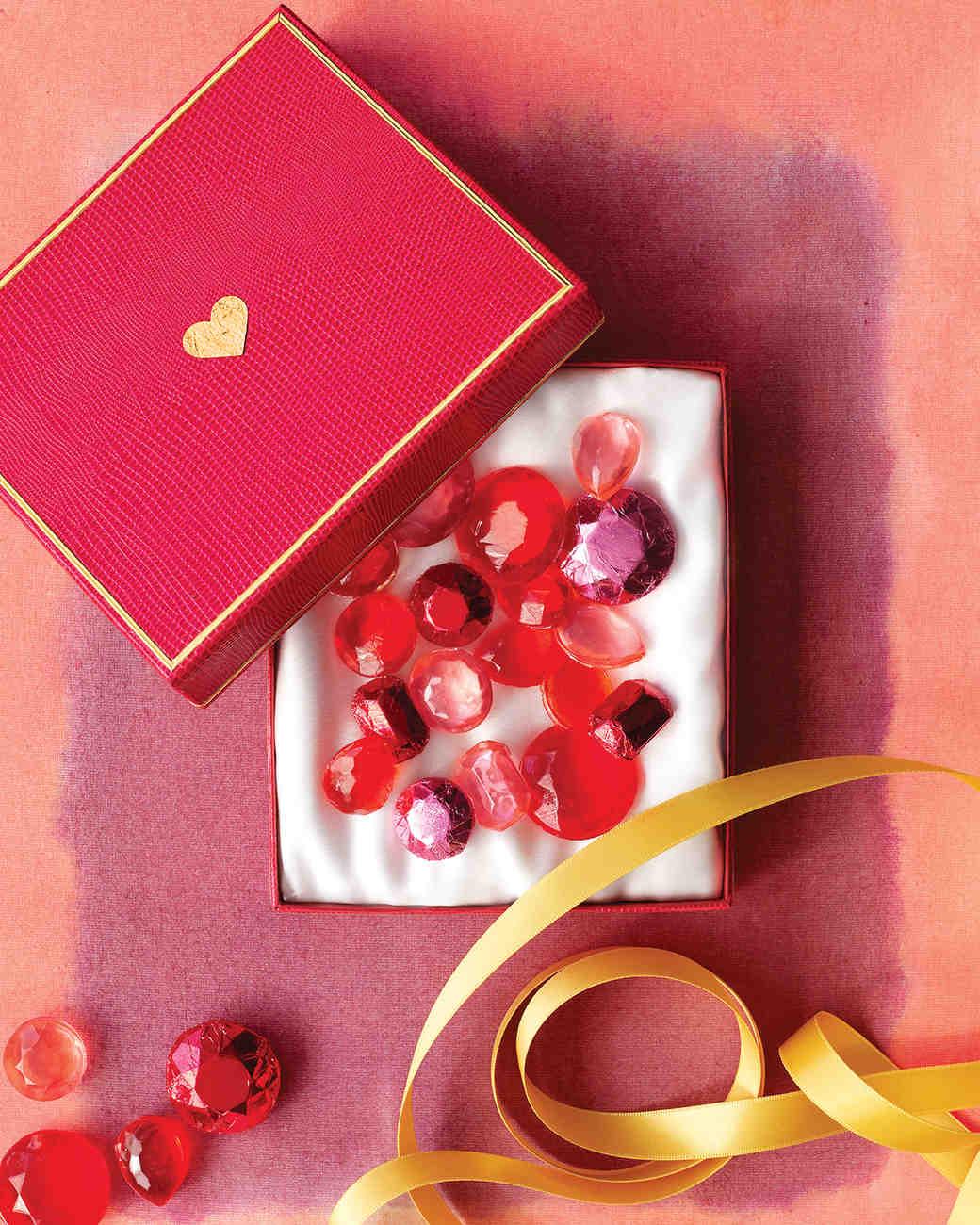 caja de caramelos hecha a mano, decoración en rojo y dorado, adorables ideas de regalos san valentin manualidades