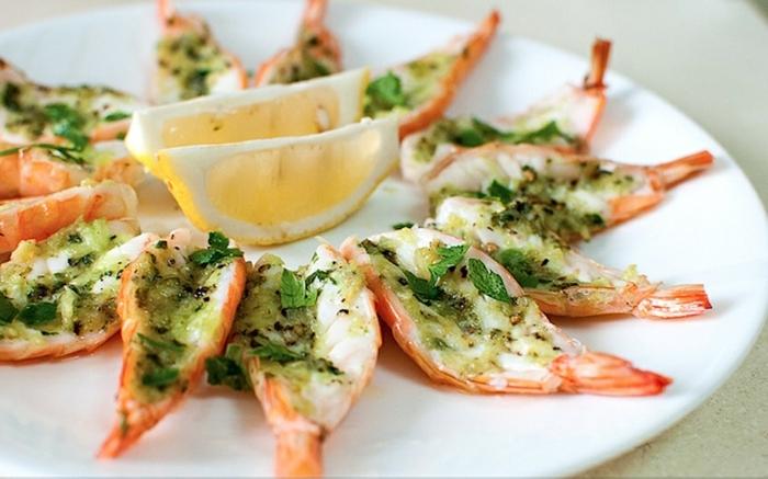aperitivos y entrantes con mariscos, camarones al ajillo con limón, cena san valentin rica y fácil de preparar