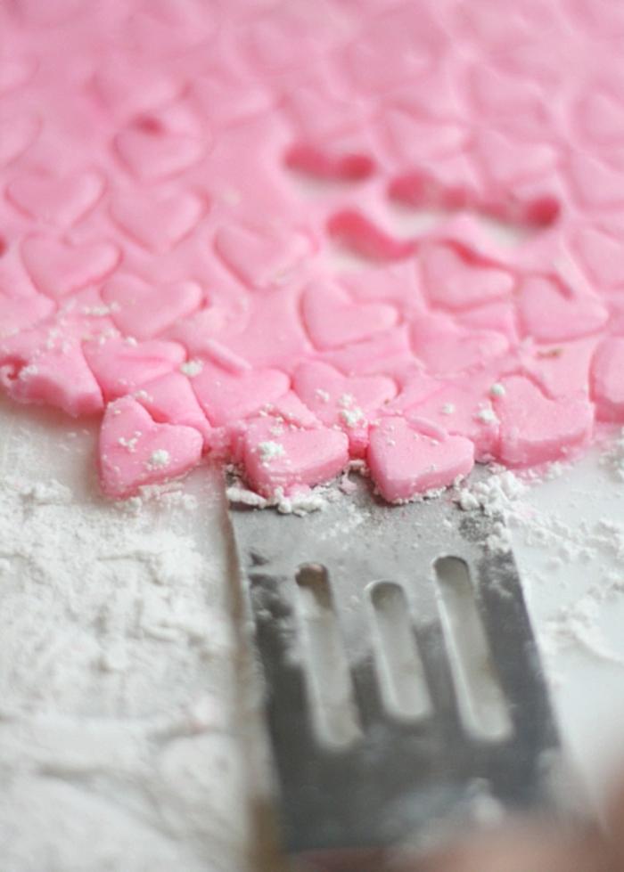 mini corazones de azúcar en color rosado, ideas de recetas san valentin para postres en imagines