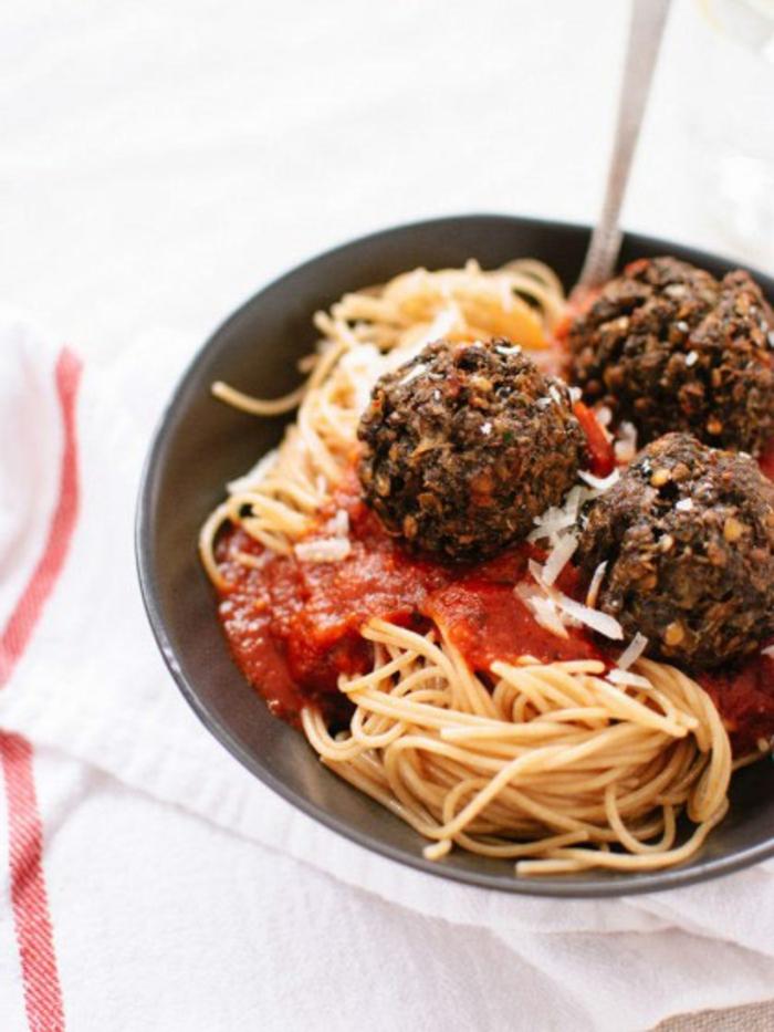 platos originales y ricos para una cena romantica casera, espaguetis con salsa chile y albondigas
