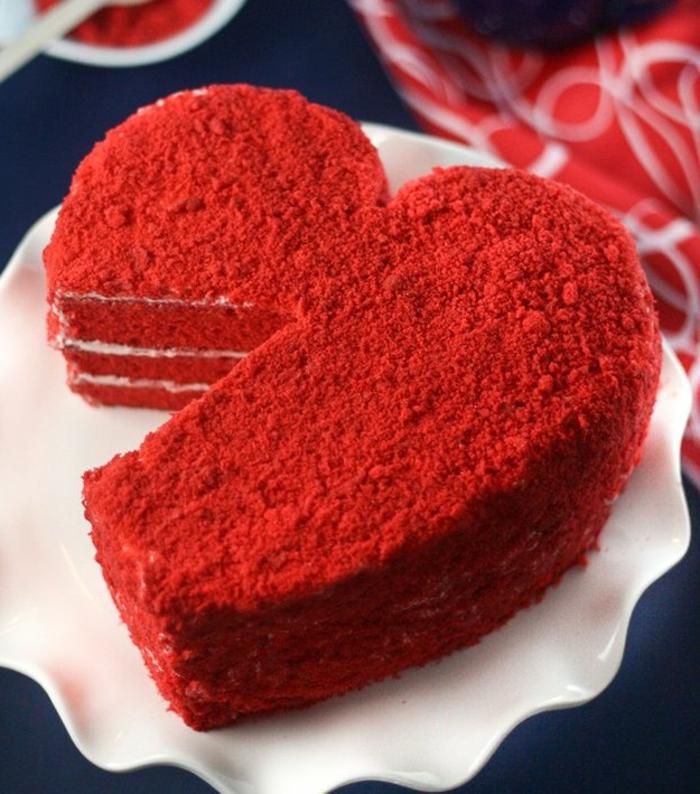fotos de menu cena romantica en casa para dos, tarta casera en color rojo y forma de corazón