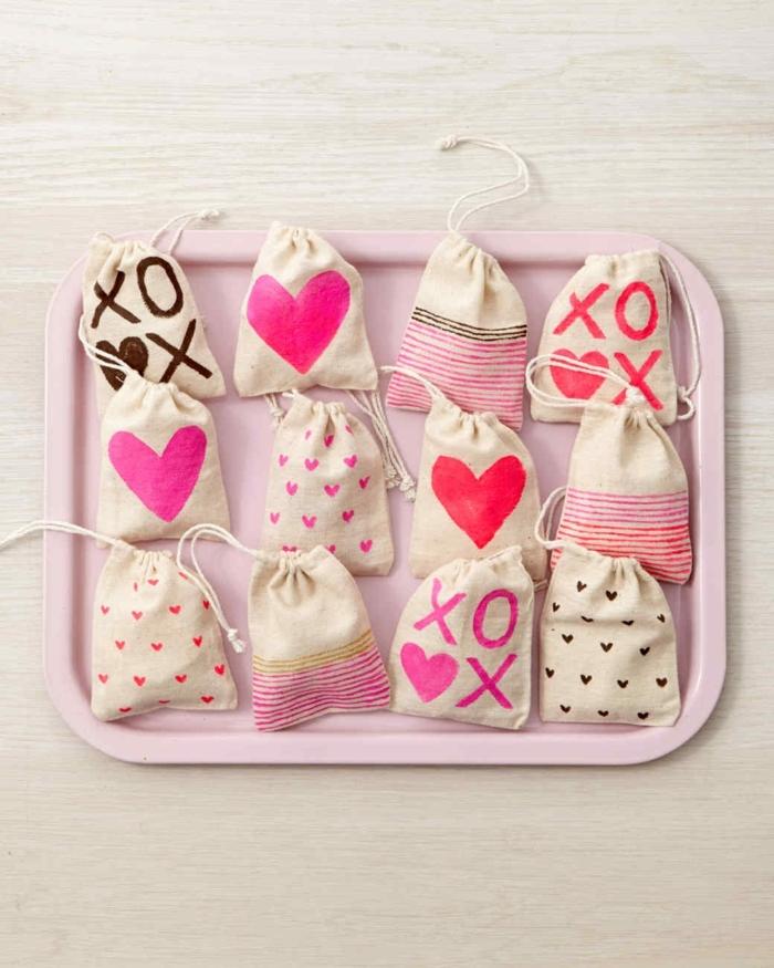 bolsas originales decoradas con pintura, bolsas con corazones, propuestas para manualidades de san valentín