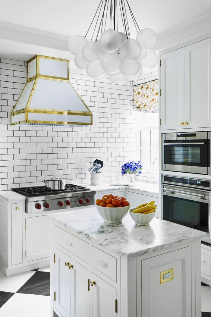 decoración de cocinas pequeñas alargadas, paredes con azulejos blancos, isla con encimera de mármol