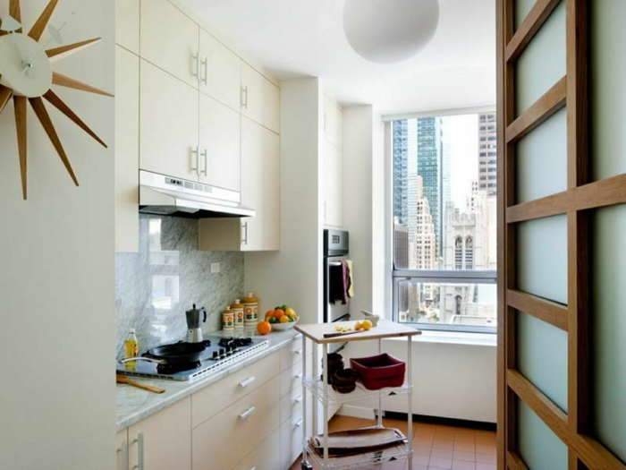 cocinas pequeñas con vistas, cocina decorada en blanco con barra en ruedas, ideas de cocinas pequeñas y practicas