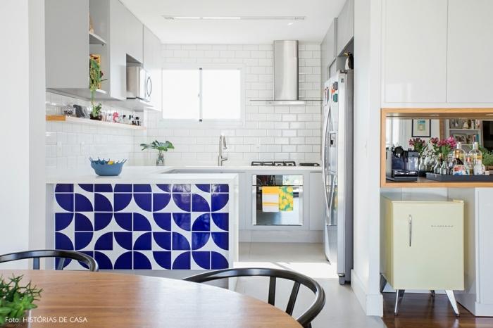cocinas pequeñas en l de bonito diseño, preciosa barra con azulejos en blanco y azul, paredes blancas