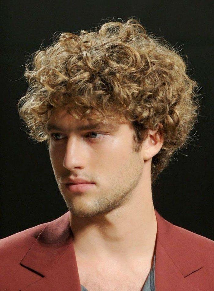 hombre pelo largo rizado, cuáles son los mejores cortes de pelo rizado, cortes de pelo hombre, cabello castaño claro con rizos