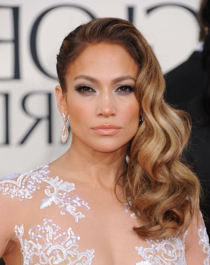 Jennifer Lopez con un precioso pelado pelo suelto, peinados para fiesta bonitos, cabello con mechas balayage