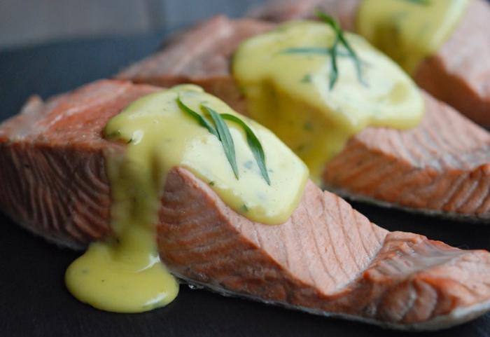 filetes de salmon cocido al horno con salsa de mostaza casera, menu cena romantica en casa para dos