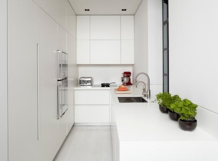 cocina blanca decorada en estilo minimalista, cocinas pequeñas en l decoradas de diseño