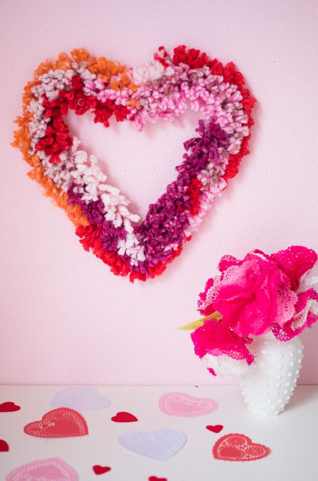 decoración pared corona en forma de corazón con hilos decorativos, ideas para manualidades para regalar a mi novio