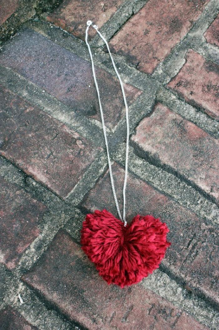 manualidades para san valentín de última hora, collar con corazón de hilo, pompones hechos a mano