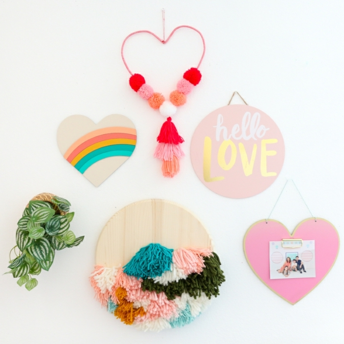 magníficas propuestas de regalos originales para novios caseros, corazón decorativo de madera en colores