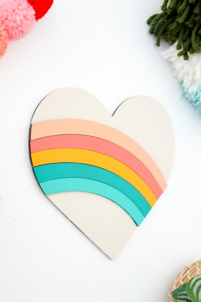 ideas de regalos originales para novios caseros, corazón para decorar la pared con los colores del arco iris