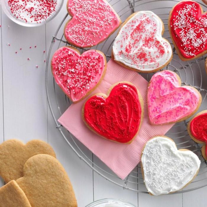 galletas de mantequilla con glaseado en diferentes colores, galletas ricas en forma de corazón
