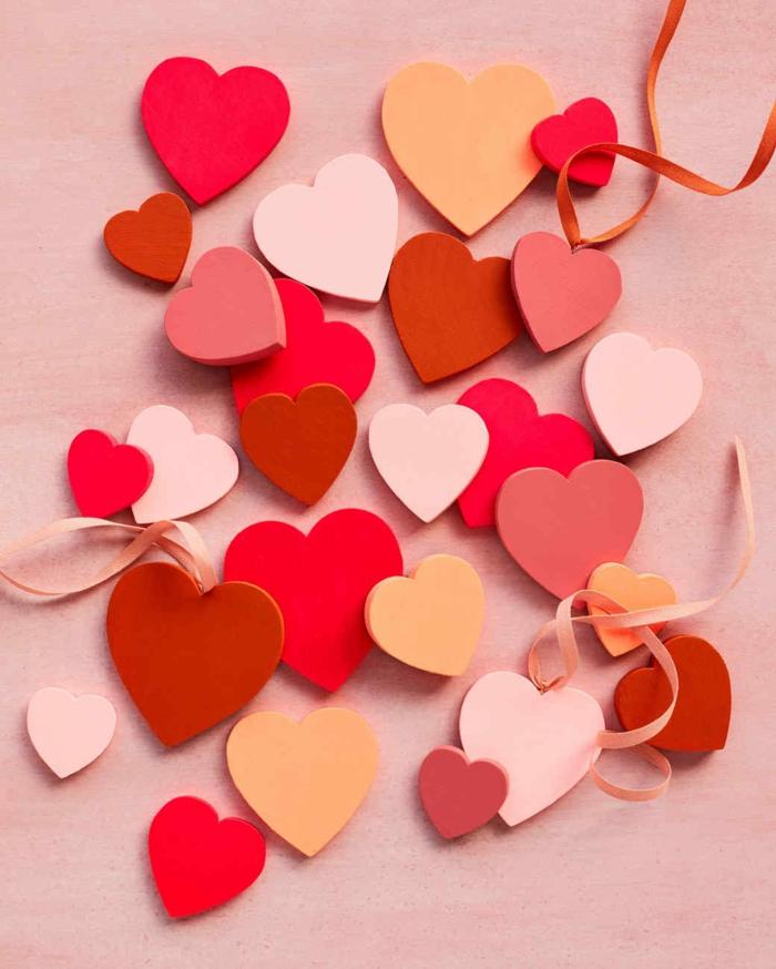 bonitas ideas de manualidades para san valentín, corazones de manera de diferente tamaño y color
