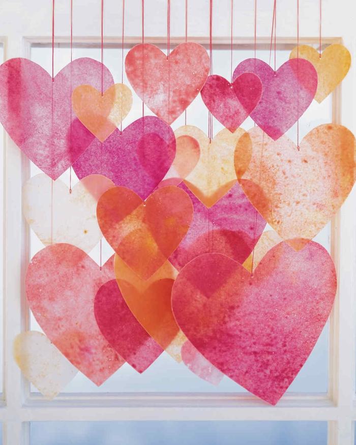 ideas originales de manualidades para san valentín, corazones de papel pintados con lapices de color