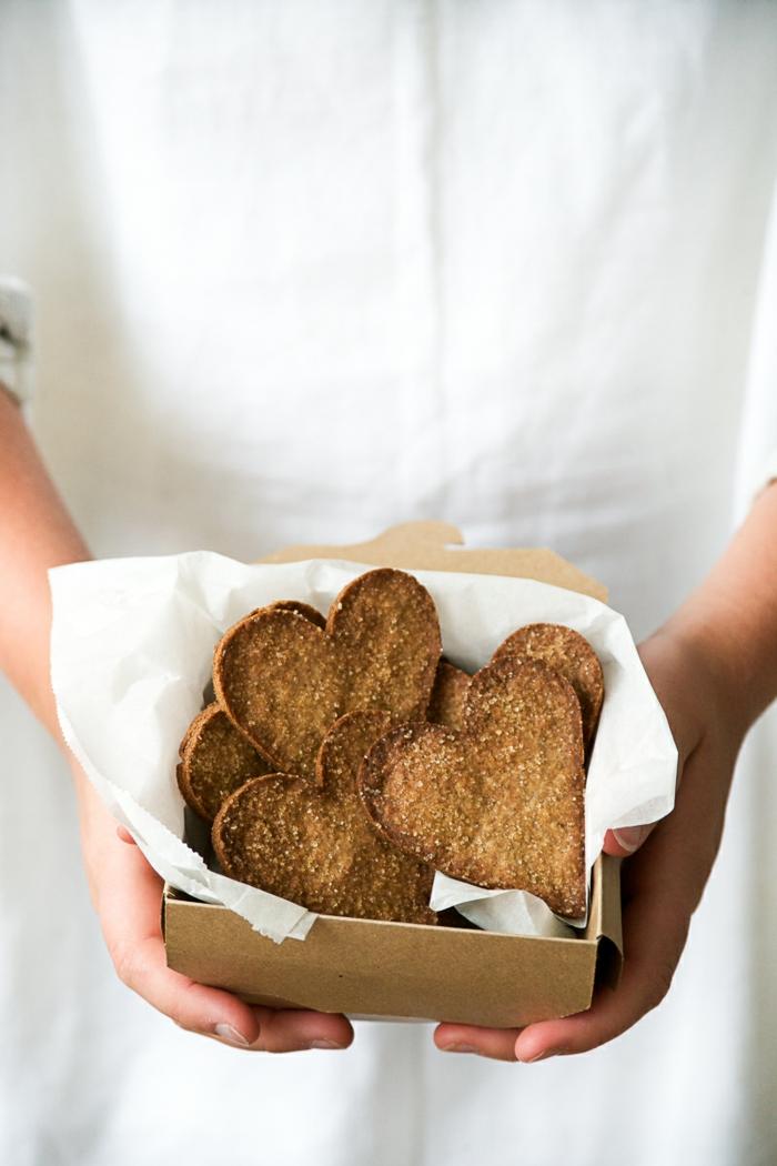 galletas de jengibre y canela en forma de corazones, postres san valentin super ricos en imagines