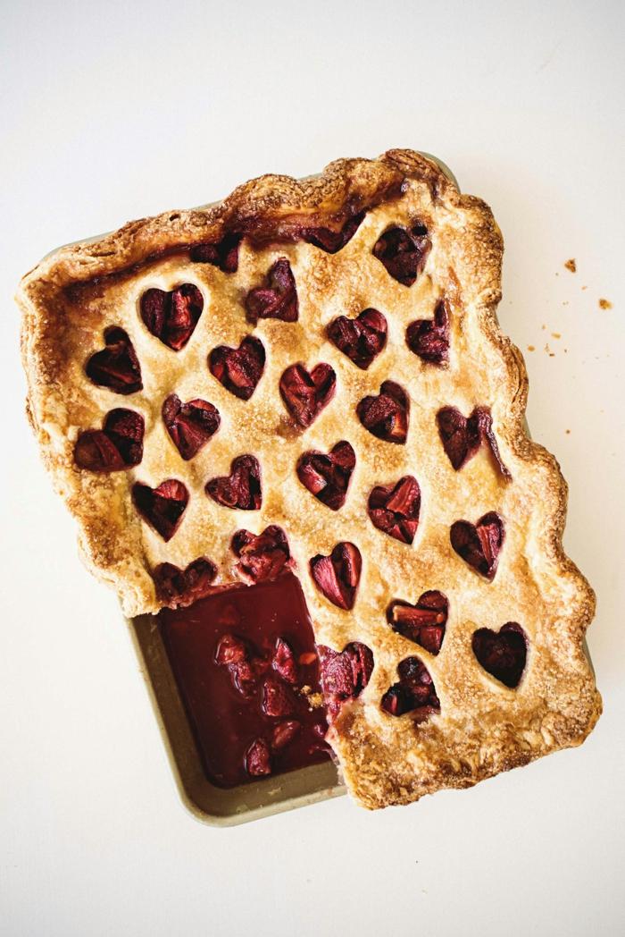 tarta de fresas decorada con corazones, ideas de postres para menu cena romantica en casa para dos