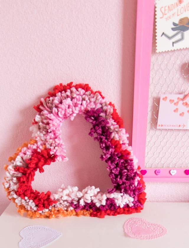 originales ideas de manualidades para regalar a mi novio, corona con hilos coloridos en forma de corazón