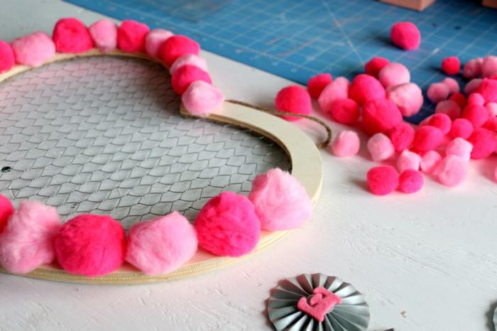 cómo hacer una corona de pompones en forma de corazón paso a paso, manualidades san valentin