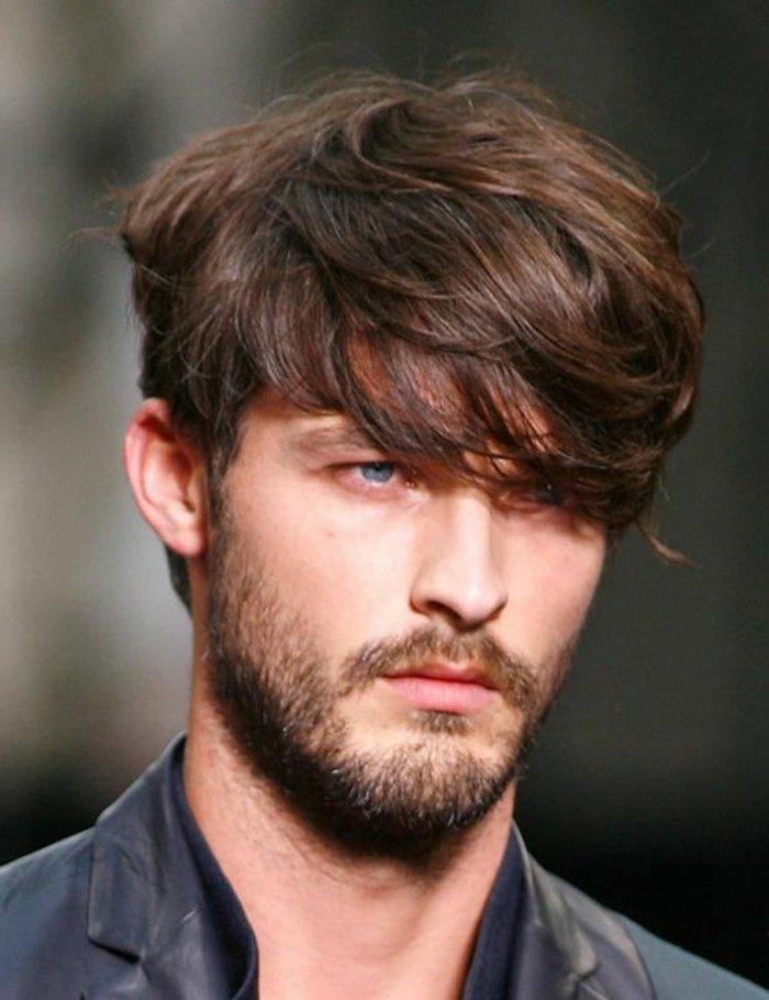 corte pelo hombre moderno con largo flequillo lateral, ejemplos de pelados hombre cabello rizado