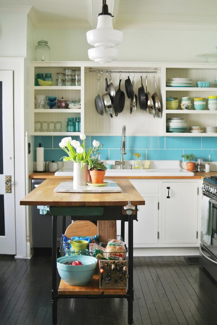 cocinas pequeñas para apartamentos, cocina pequeña decorada en colores claros con isla de madera