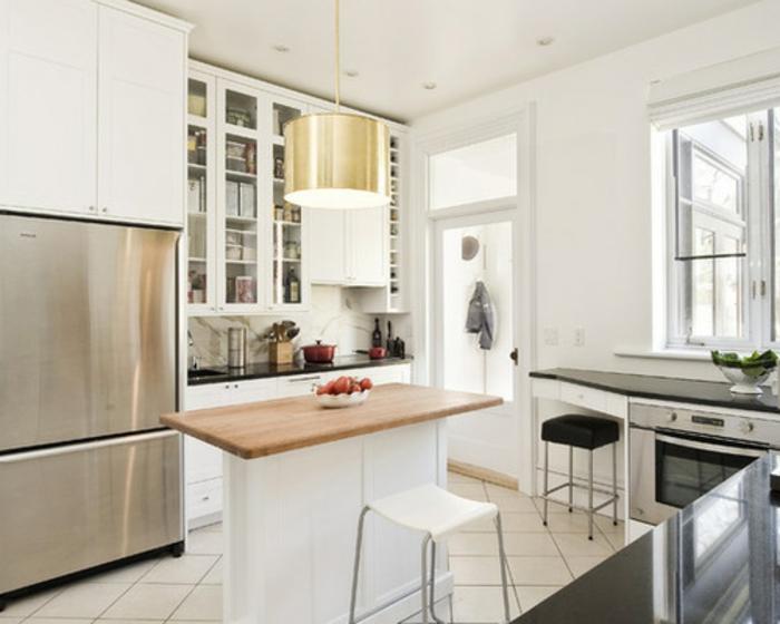 cocina pequeña decorada en blanco con isla alargada, cocinas pequeñas para apartamentos