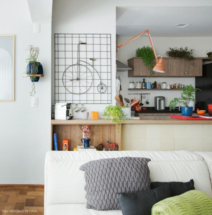 diseño original y bonito de una cocina pequeña con isla, armarios de madera, decoración con plantas verdes