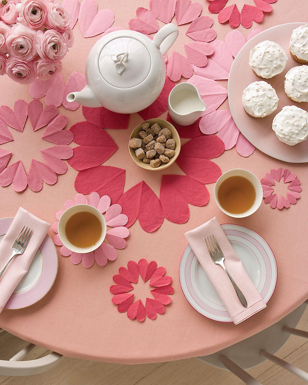 bonitas servilletas en forma de corazón, decoración mesa san valentín, ideas de sorpresas san valentín