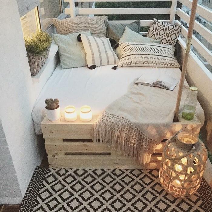 ideas sobre como decorar tu balcón con un presupuesto limitado, cama doble hecha de palets