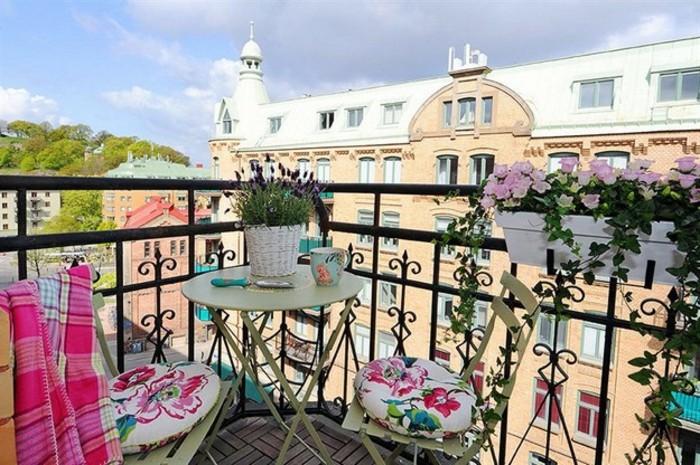 magníficas propuestas de decoración de terrazas pequeña, terraza con bonita vista decorada en blanco y rosado