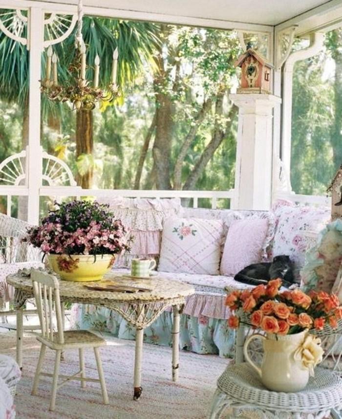 balcones decorados en estilo vintage, muebles en blanco con efecto desgastado, cojines decorativos en color rosa