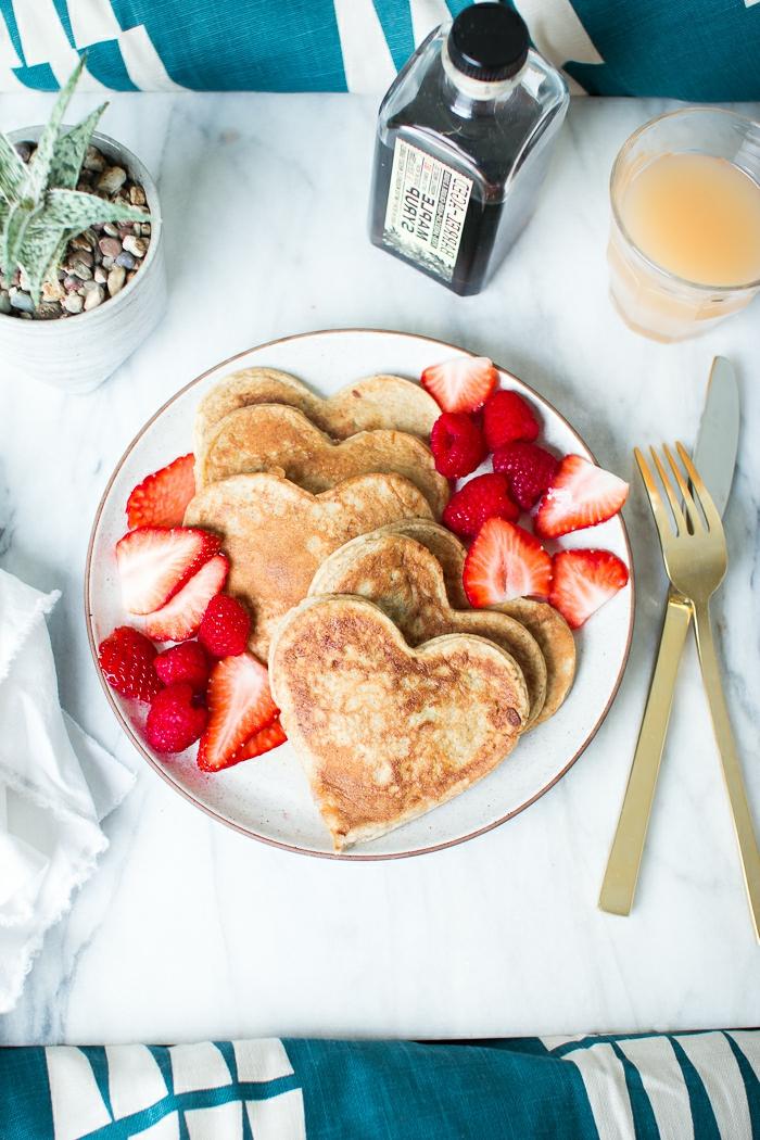 panqueques en forma de corazón, desayuno sorpresa para tu pareja, ideas de recetas faciles para cenar en pareja
