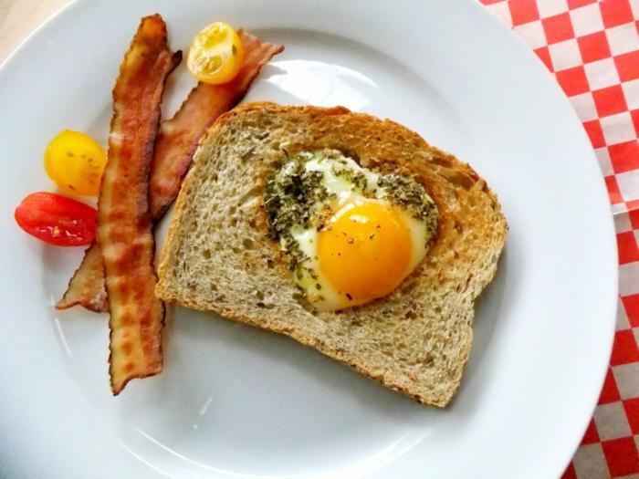 desayunos sorpresa originales para el dia de san valentín, mixto con huevo en forma de corazón