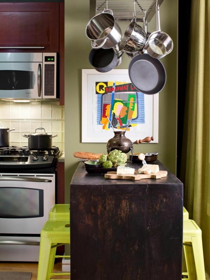diseños de cocinas pequeñas con isla, sillas altas color verde, paredes verdes decoradas con cuadros