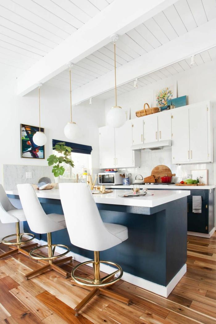 ideas de decoración de cocinas pequeñas alargadas, cocina en blanco y azul con techo con vigas y suelo de parquet