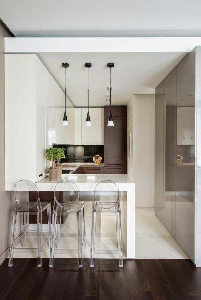 cocina pequeña con isla decorada en estilo contemporáneo en blanco y marrón, lámparas modernas colgantes