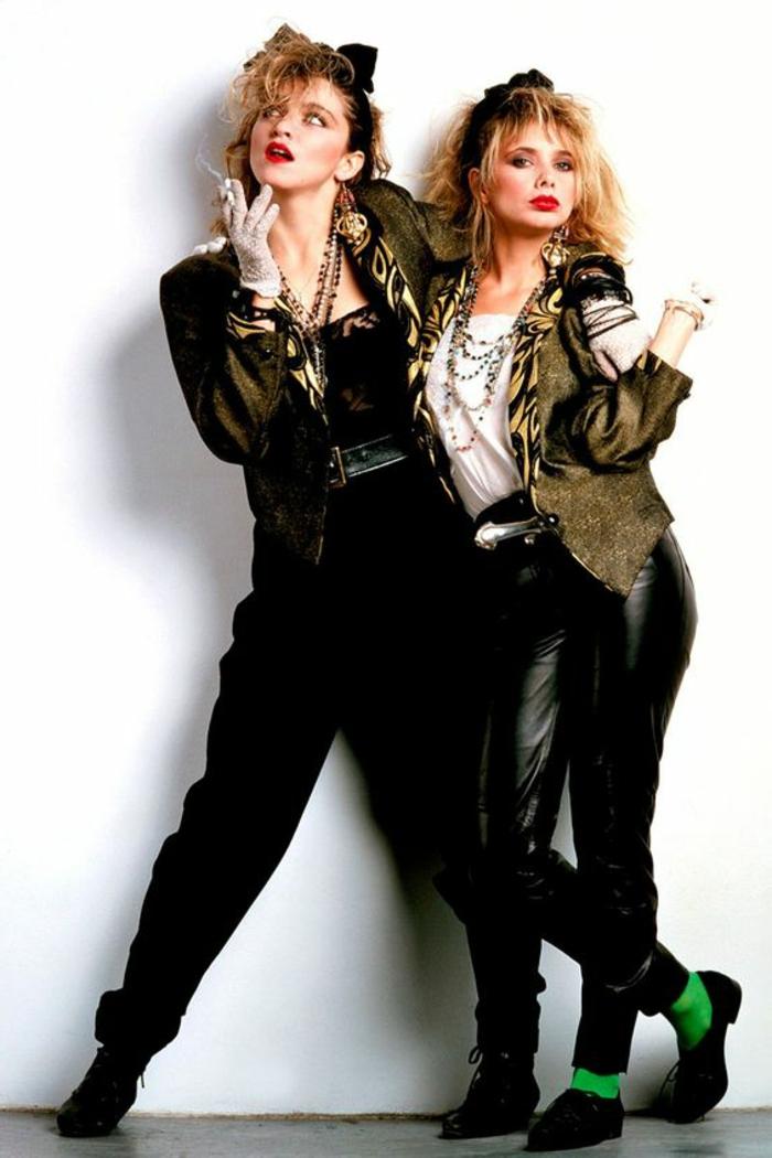 ejemplos inspiradores de vestuario de los 80, moda mujer años 80, ropa de cuero en negro y colores metálicos