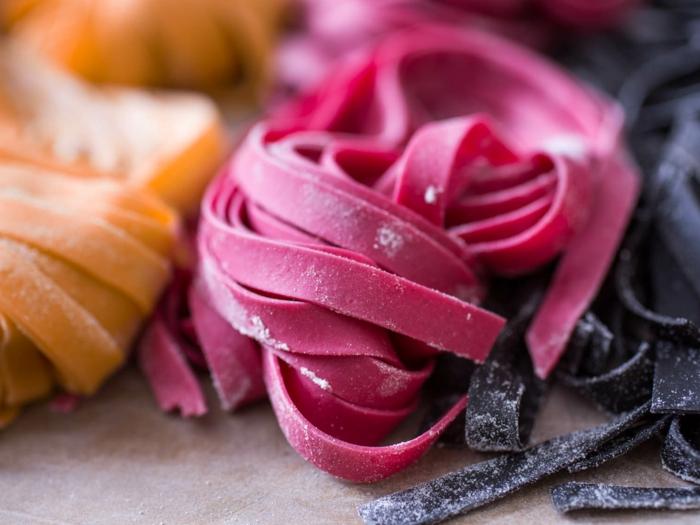 pasta en color rosado para el día de los enamorados, ideas de recetas faciles para cenar en pareja
