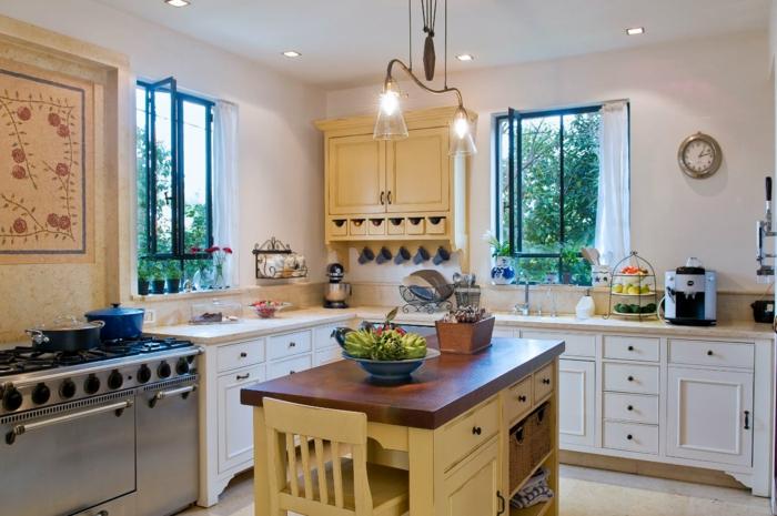 bonitas ideas sobre cómo aprovechar al máximo una cocina pequeña con isla, paredes blancas, muebles en estilo rústico